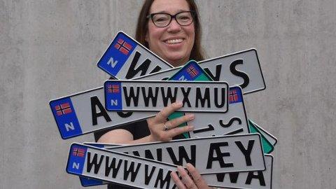 SKILT: Siden 2017 har det vært lov å bruke personlige kjennemerker på bil med skilt i vanlig størrelse. Nå åpner regjeringen opp for at personlige kjennemerker kan komme i både store og små størrelser og for ulike kjøretøy.