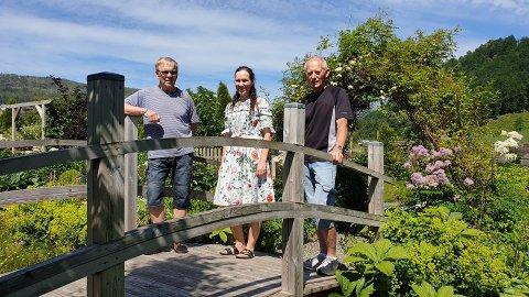ÅPEN HAGE: Willy Mæland (fra venstre), Caroline Silje Handeland og Inge Høines gleder seg til å åpne hageporten for publikum søndag 4. juli.