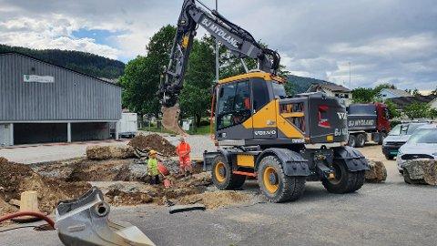 Lund kommunes mannskaper og BJ Mydland jobber for å få orden på vannledningen.
