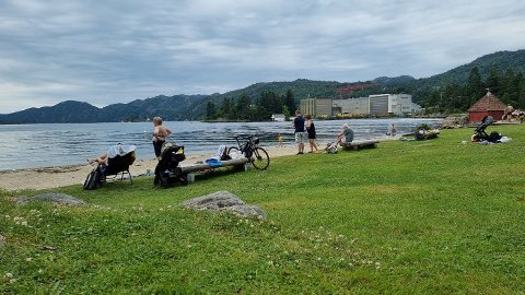MANGE FOLK: Badeplassen på Grønnes i Flekkefjord.