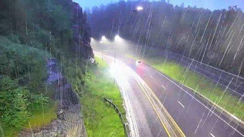 HAVARERTE: Øverst, midt på bildet treffer helikopteret høyspentlinjene. De to lysene er fra navigasjonslanternen på helikopteret og fra kortslutningen.