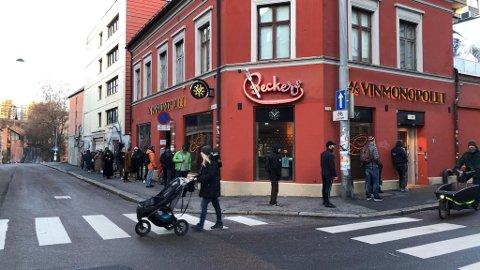 KØ FØR ÅPNING: Køen ved polet i Nordre gate på Grünerløkka, strakte seg 30-40 meter rundt hjørnet før åpning onsdag morgen.