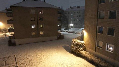 SNART SKIFØRE: Snøen lå som et hvitt teppe på Lambertseter øst for Oslo sentrum fredag morgen.