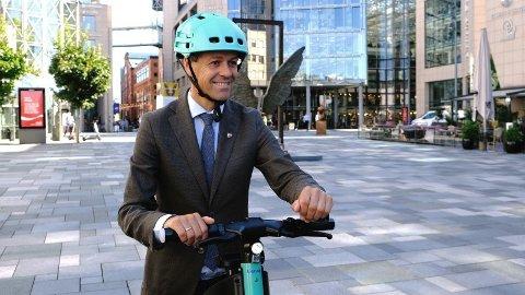 Samferdselsminister Knut Arild Hareide under lansering av Tiers nye elsparkesykkel med integrert hjelm.