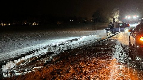 BERGES: Denne bilen havnet i grøfta på tirsdag. Onsdag er det også sendt ut farevarsel for snø, og nå advares det også denne dagen. Foto: Ivar Ruud Eide
