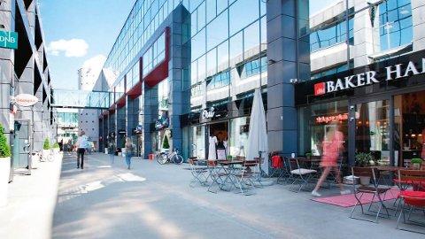 ÅPEN HIMMEL: Alle butikkene på Ullevål senter har inngang fra gata, men er like fullt et senter og må holde stengt. Foto: Amfi Ullevaal