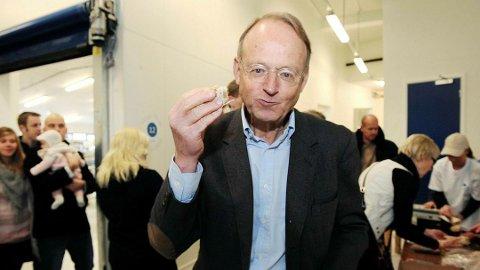 SKY: Dette bildet av Ebbe Carl Axel Ebbesøn Astrup som spiser lefser fra Engers lefsebakeri er det eneste som er tilgjengelig av familien som eier Mustad Industrier AS. Foto: Henning Gulbrandsen/Oppland Arbeiderblad