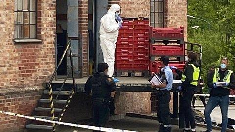 ETTERSTAD: Politiets kriminalteknikere jobber på stedet.