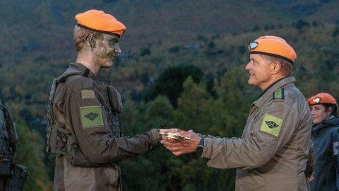 VANT: Carl Martin Eggesbø vant årets sesong av «Kompani Lauritzen». Her blir han utdelt «Kompani Lauritzen»-sverdet av programleder Dag Otto Lauritzen. Foto: Matti Bernitz (TV 2)