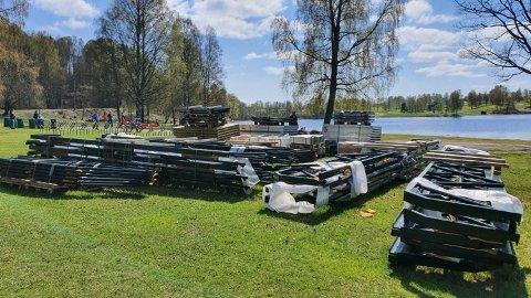 TOALETTSETT: For noen uker siden lå materialene klare for å bygge nye toaletter på badeplassen ved Bogstadvannet.. Nå er gravingen og oppføringen i gang.