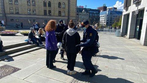 Politiet ransaker flere som er på vei mot demonstrasjonen.