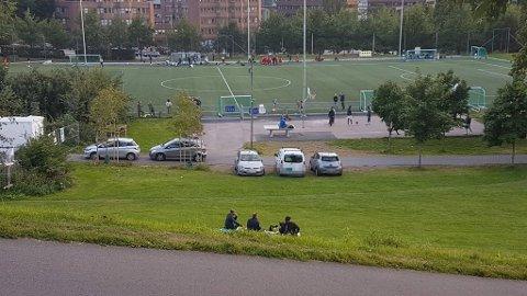 Ved fotballbanene på Caltexløkka står det stadig parkert biler, spesielt på kvelder og i helger, til tross for at det ikke er lov å kjøre inn på området. Nå er naboene lei. Bildene er fra sommeren 2020.