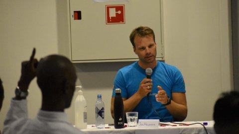 I DEBATT: Jon Helgheim i Frp svarer på et spørsmål fra salen.