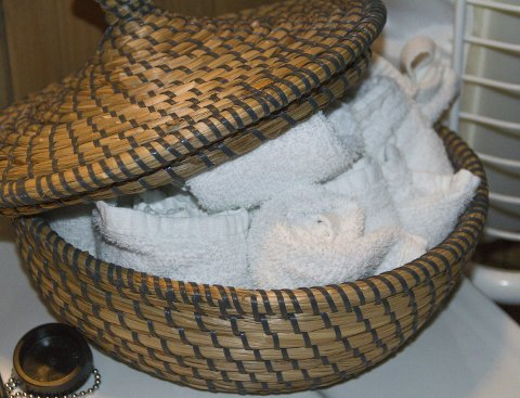 LUKSUS PÅ TOALETTA: Fletta korger fylt av små handukar gir skikkelig luksus-kjensle på badet. FOTO: Sigrun H.Reknes