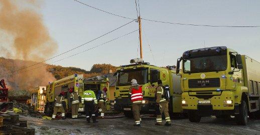 DRAMATISK: Store lokale brannstyrker vart kalla ut, då det byrja å brenna i ein låve på Hundvin, fyrste juledag. Ni personar vart evakuert, men heldigvis vart korkje menneske eller hus skadd i brannen. FOTO: Sigrun Haugsdal Reknes
