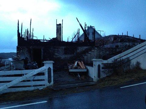 BRANN: Eit feriehus brann ned til grunnen på Fedje, natt til fredag.