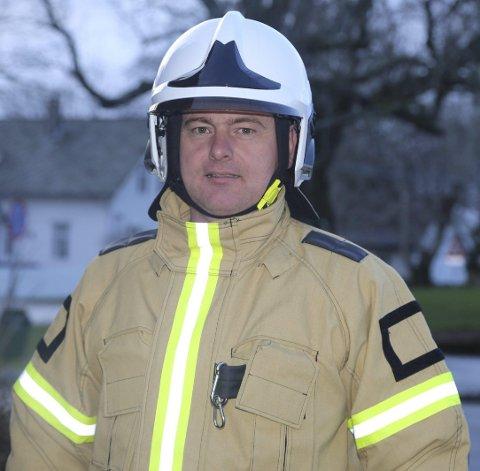 NY BRANNSJEF: Ny brannbil og ny brannpumpe står for døra for den nye brannsjefen i Radøy, Stein Ove Valdersnes (39). foto arthur kleiveland