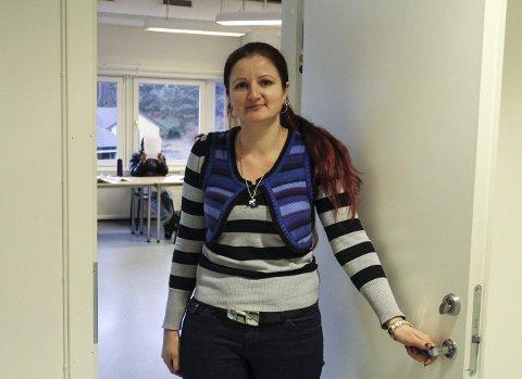 PÅ SKULEN: Jonella synest det er kjekt å gå på skulen. – Det er litt vanskeleg å læra seg norsk, men eg veit eg klarer det, seier ho.