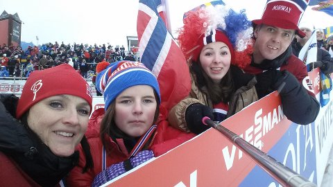 KOSAR SEG: Bente, Frida, Sofie og Magne Halland kosar seg på ski VM i Falun. FOTO: Privat
