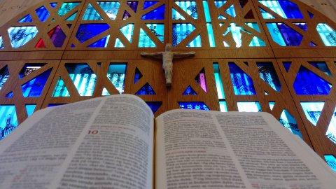 BIBELOMSETJAR: Prest og forfattar Hans Johan Sagrusten held ettermiddagsseminar i Knarvik kyrkje 1. november som ein prolog til Bibelmaratonen. Foto: Bibel.no