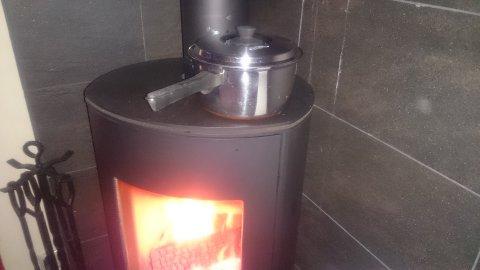 Poteter og kålrotstappe blei laga på vedomnen.