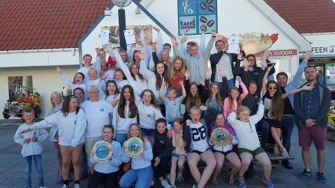 Dei to skulemusikkorpsa frå Brekke og Byrknes imponerte i Danmark forrige helg. Her er alle dei glade musikantane samla. Foto: Privat