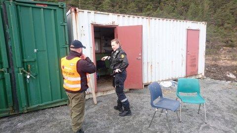 Politiet gjorde laurdag åstadsgranskingar hjå Meland Motorsportklubb. Her er Georg Toppe Thunold i samtale med politibetjent. Foto: Privat
