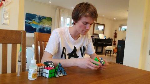 – Begynn med det enkle, søk på forskjellige metodar til å løyse kuben på nettet, tipsar Jonatan Solheim.