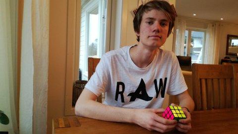 – Eg har drive med Rubiks kube sidan 2011, men fekk min første kube 2010 og det tok nesten eit år til eg løyste kuben, fortel Jonatan Solheim (16) frå Frekhaug.