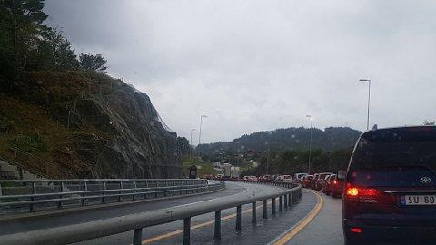 Køtrøbbelet fører til enorme forseinkingar. Ein bilførar avisa Nordhordland var i kontakt med brukte nesten ein time på 600 meter over Flatøy, retning Bergen etter tunneluhella.