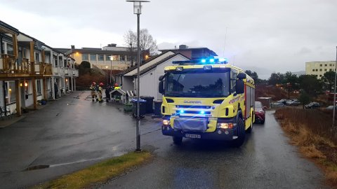 Brannvesenet rykte ut til dei kommunale omsorgsbustadane i Knarvik måndag ettermiddag.
