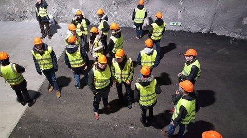 Elevar og lærarar vitja kraftverket på Matre. Foto: Jo Magnar Drønen