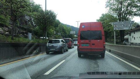 Det danna seg fort køar då Fløyfjelltunnelen vart stengd, fredag føremiddag.