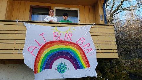 «Alt blir bra» er beskjeden Kristina og Peder Bjerkaker har hengt opp på verandaen sin heime.