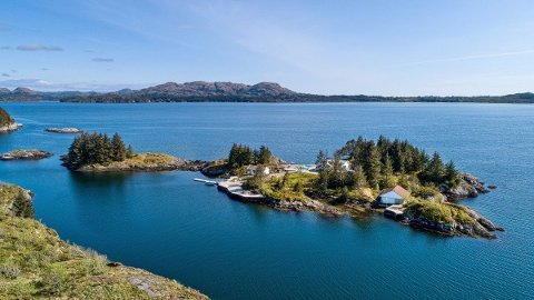Meklar fortel at noverande eigar har brukt mykje tid dei siste åra på å byggje opp øya.