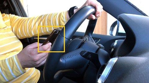 LOV?: Høgsterett skal avgjere om det er lov å bruke mobiltelefon i bilen, når du står stille i kø eller framfor eit lyskryss.