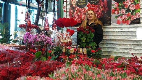 Ingvill Marie Svenheim og dei andre i Blomsterverkstaden har brukt dei siste 14 dagane til å førebu seg på valentin- og morsdag.