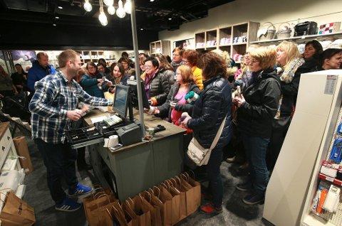 Flere hundre kvinner møtte opp til åpningen av den nye garnbutikken Nøste på City Nord, i de gamle lokalene til Black Design. Foto: Tom Melby
