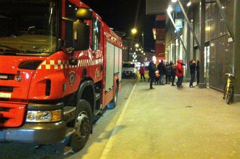 Brannvesenet, politi og ambulanse rykket ut til Sentrumsgården i Bodø sentrum torsdag ettermiddag.
