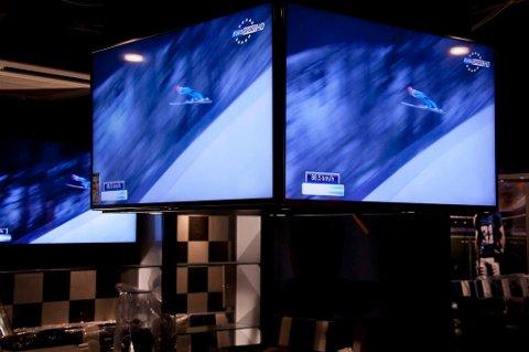 Det er satt opp 24 tv-skjermer i lokalet. Lokalet er delt inn i fire soner. Det betyr at ikke alle må se samme sendingen.