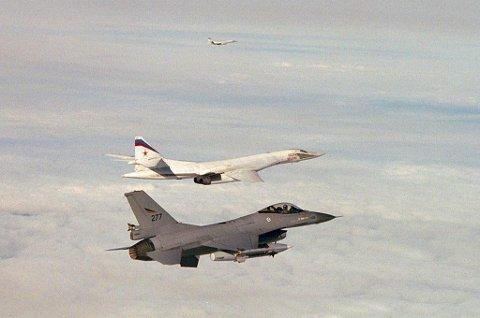 Her identifiserer norske F-16 to russiske Blackjack strategiske bombefly.
