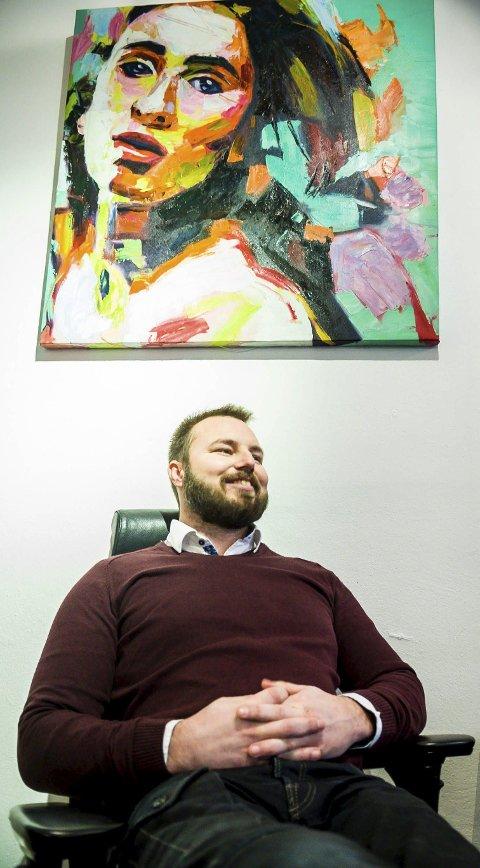 Gir alt. Simon Flack gir alt i jobben sin i Whitefox. Gjennom hardt arbeid har han sammen med flinke mennesker bygget opp en bedrift han er stolt av. Jobbrollen er en annen enn valnesfjordrollen.