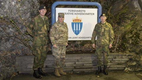 Sjef FOH, generalløytnant Rune Jakobsen, SACEUR, general Curtis Scaparrotti og forsvarssjef, Admiral Haakon-Bruun-Hanssen, utenfor Forsvarets operative hovedkvarter.