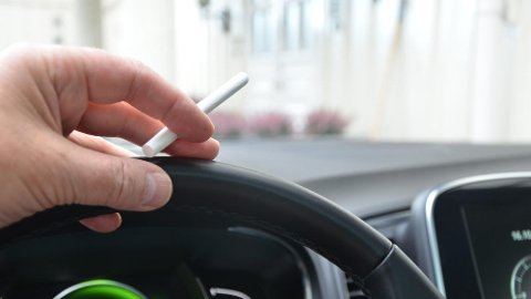 Å få bort røyklukt i en bil kan være både tidkrevende og kostbart, derfor påvirker dette også innbytteprisen.