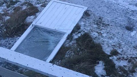 DØR NEDE: Her er bildet av verandadøren som plutselig ble sugd ut av huset, torsdag.