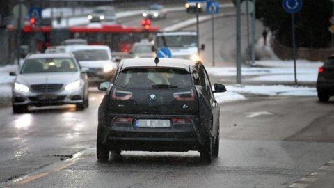 """Det er ikke noe krav til kjørelys bak på bilene, det gjør at mange kjører rundt med """"mørke"""" lykter."""