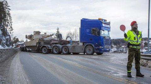 I forbindelse med øvelsen Joint Viking skal mye militært materiell forflyttes nordover på vei, i lufta og på sjøen.