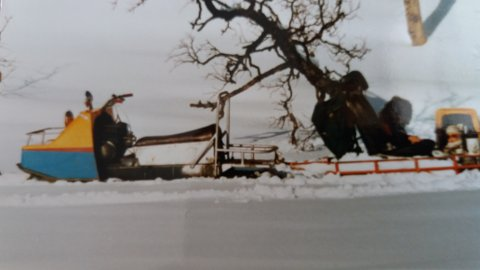 Den gamle snøscooteren ble vraket i 1991. Likevel har ekteparet fått fire parkeringsavgifter på den gamle Ockelboen. Foto: Privat