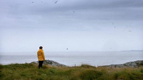 Olaug Olsen var ute og så etter en sau da hun kjente på en uro over mannen og guttene som ikke var kommet hjem. Plutselig ser hun båten som forsvinner.