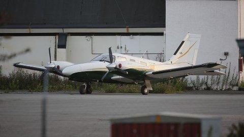 BERLIN: Her står flymaskinen etter landing i Berlin. Man kan tydelig se på flere av bladene at de har fått skader.